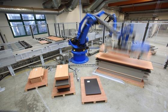Industrieroboter werden zunehmend auch für mittelständische Unternehmen interessant. Allerdings muss ihre Bedienung für diesen Kundenkreis noch vereinfacht werden.