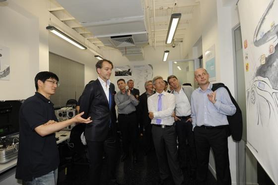 Elmar Frickenstein (2.v.li.) bei der Eröffnung eines neuen Kreativzentrums (Connected Drive Lab) in Shanghai.