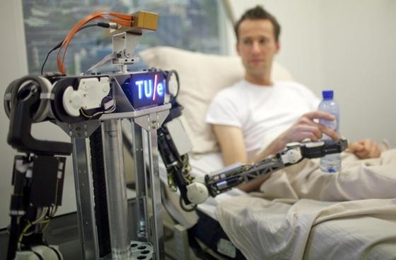 Mit RoboEarth können Pflegeroboter künftig ihren Handlungsspielraum eigenständig erweitern.