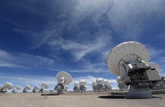Das Superteleskop Alma wurde am 13. März 2013 offiziell in Betrieb genommen. Es steht in der Atacama-Wüste in den chilenischen Anden.
