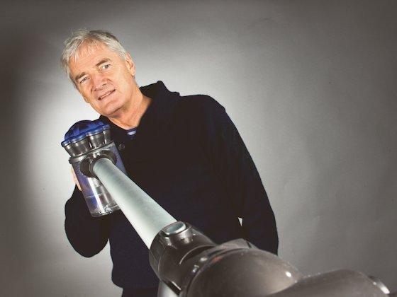 James Dyson mit seiner neusten Erfindung: Einen händetrocknenden Wasserhahn.