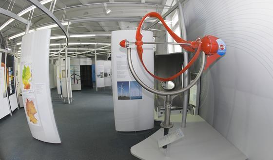 Das Deutsche Museum präsentiert die Kleinwindkraftanlage Leonardo. Wegen der besonderen Form seiner Flügel, dreht sich der Rotor bereits bei geringem Wind und ist nahezu geräuschlos.