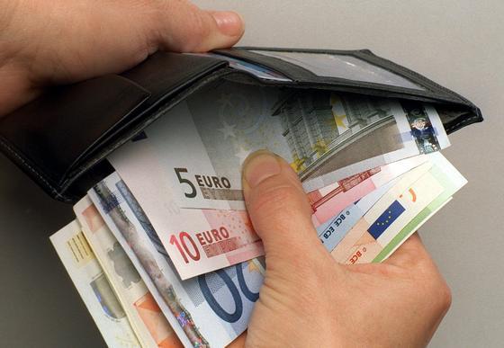 Noch greifen die Deutschen zum Bezahlen lieber ins Portemonnaie statt das Handy zu zücken.