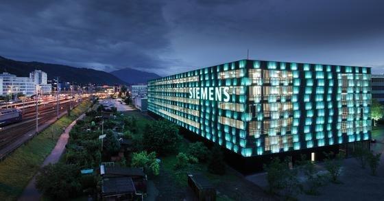 Mit LED-Beleuchtung ausgestattetes Siemens-Parkhaus in Zug in der Schweiz.