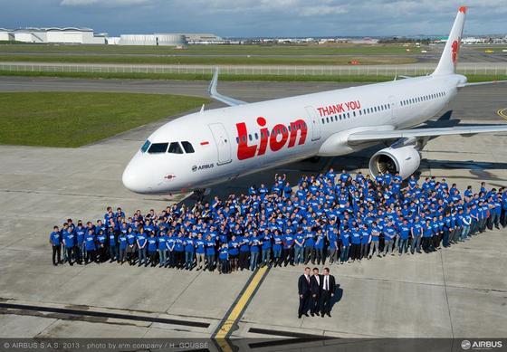 Lion-Mitarbeiter in Paris vor einem Airbus A320. Die indonesische Lion Air hat 234 Flugzeuge bestellt, der größte zivile Auftrag in der Luftfahrtgeschichte.