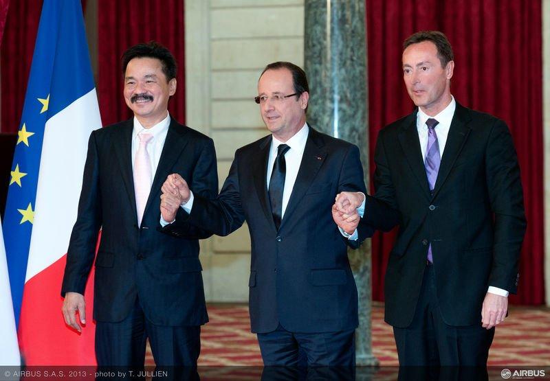 Vertragsunterzeichnung in Paris: Lion-CEO Rusdi Kirana, Frankreichs Präsident François Hollande und Airbus-Chef Fabrice Brégier (v.l.)