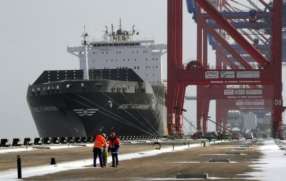 """Nur das ausgebrannte Containerschiff """"Flaminia"""" war von September 2012 bis Ende voriger Woche Dauergast im neuen Jade-Weser-Port."""