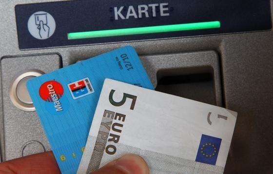 Solche Geldkarten sollen schon bald mit Funkchips ausgestattet sein. Datenschützer sind entsetzt.