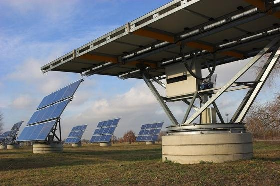 Durch ein Virtuelles Kraftwerk lassen sich Solar- und Windenergie optimal steuern. Dadurch lässt sich sogar ein Grundlastkraftwerk erreichen.