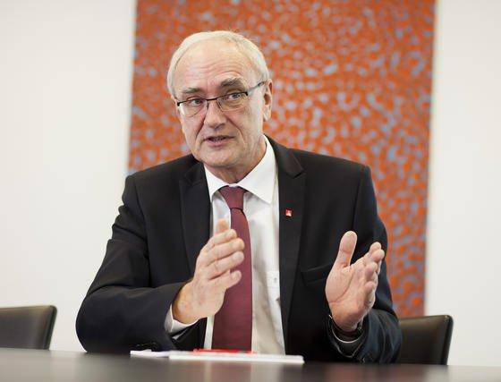Detlef Wetzel, Zweiter Vorsitzender der IG Metall, verteidigt die Lohnforderungen von 5,5 %. Außerdem werde sich die Gewerkschaft um die starke Zunahme von Werkverträgen kümmern, die meist zu Lasten der Beschäftigten gehen.