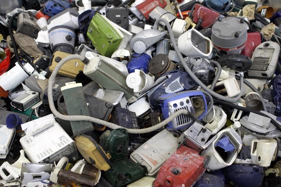 Jede Menge Elektroschrott: Das ist die Folge, wenn immer mehr kurzlebige Produkte produziert werden.