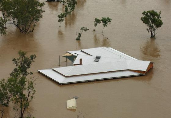 Katastrophale Hochwasser werden immer häufiger in Australien. Inzwischen entstehen in den Küstenregionen die ersten Häuser auf Pfählen.