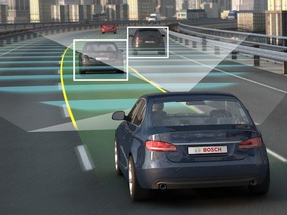 Die meisten Neuwagen haben heute schon die Basiskomponenten für den automatischen Stauassistenten an Bord. Dazu zählen die addaptive Geschwindigkeitsregelung ACC und das elektronische Stabilitätsprogramm ESP ebenso wie Radarsensoren und Kameras.
