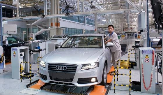 Audi, Mercedes und BMW beherrschen inzwischen rund drei Viertel des Premiummarktes in China. Jetzt warnte das chinesische Staatsfernsehen vor giftigen Gasen in deren Autos.