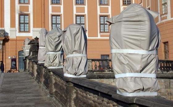Einhausungen gibt es aus Holz, Metall, Kunststoff und Textil. Doch wie wirken sich die Materialien auf die Skulpturen aus? Und vor welchen Hauptbelastungen muss eine Einhausung schützen? Im Schloss Moritzburg (Foto) fand die Auftaktveranstaltung für das DBU-geförderte Projekt statt.