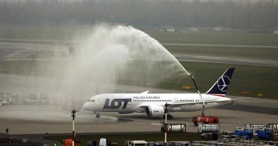 Nach Problemen mit den Lithium-Ionen-Batterien hat Boeing jetzt eine technische Lösung gefunden und hat den ersten Testflug mit dem Langstreckenflugzeug Dreamliner absolviert. Dieser Dreamliner der polnischen Fluggesellschaft LOT wurde im November 2012 nach der Landung in Waschung mit Wasser besprüht.