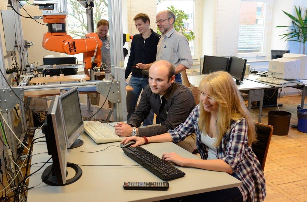 Das Team bei der Arbeit am Roboter.