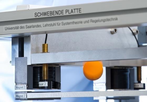 Die optimale Steuerung von Bewegungen über magnetische Lager ist Ingenieuren der Uni Saarland gelungen. Hier balancieren sie einen hüpfenden Ball.