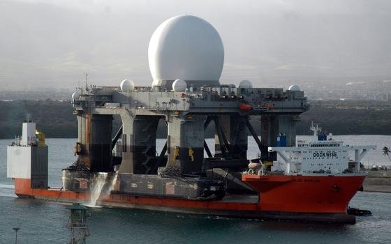 Die USA haben jetzt das größte X-Band-Radar der Welt, das auf einer riesigen Plattform ruhende SBX-Radar, mit einem Schiff vor die nordkoreanische Küste gebracht. Das Radar soll noch auf 5000 km einen Baseball erkennen können. Genauso kann es gegnerische Geschosse besonders früh identifizieren.