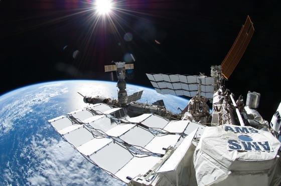 Die Internationale Raumstation ISS mit dem Detektor Alpha Magnetic Spectrometer (AMS-02). Das 1,5 Milliarden US-Dollar teure Instrument hat neue Hinweise bei der Suche nach Dunkler Materie geliefert.