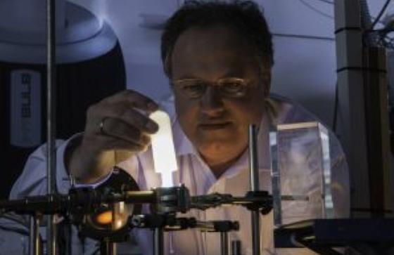 Ganz ohne Quecksilber: die Energiesparlampe aus dem KIT, hier mit Erfinder Dr. Rainer Kling.