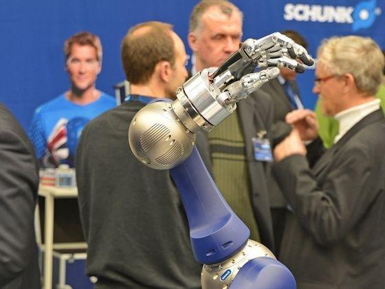 Roboter werden von Schwerstarbeitern zu feinfühligen Servicetechnikern.