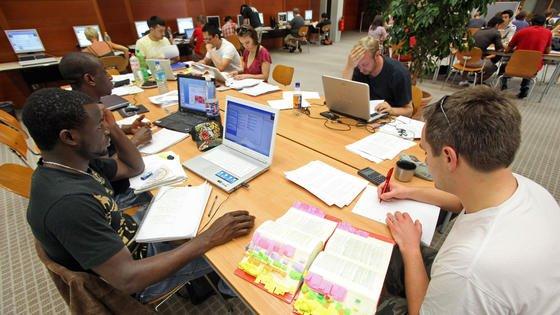 Die Zahl übermäßig gestresster Studenten steigt. Schuld sind zunehmender Prüfungsdruck und Zukunftsangst.
