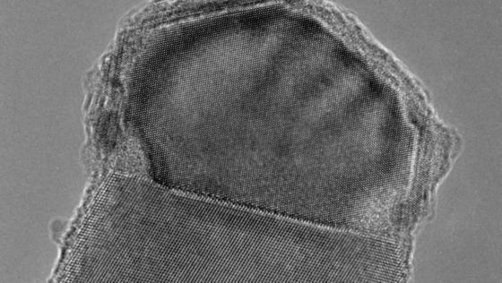 Der oben zu erkennende Aluminiumtropfen fängt Silanmoleküle ein, die sich in Silizium verwandeln und durch den Tropfen hindurchsinken. Hier bauen sie Schicht für Schicht den Nanodraht auf.