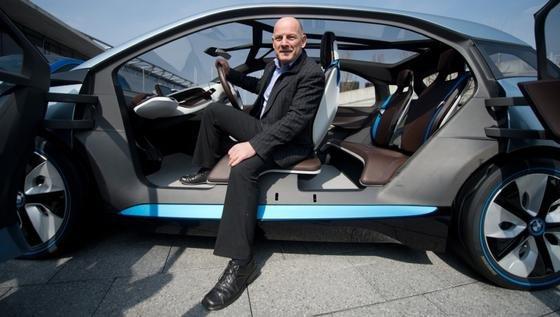 """Im Vorfeld der Messe """"auto motor und sport i-Mobility"""" präsentierte sich der baden-württembergische Verkehrsminister Winfried Hermann (Grüne) in einem BMW i3 Concept Elektroauto. Die """"i-Mobility"""" ist vom 11. bis 14. April in den Hallen der Messe Stuttgart zu sehen."""