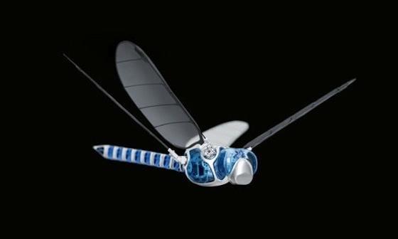 Auf der Hannover Messe präsentierte das Automatisierungsunternehmen Festo eine künstliche Libelle, die sogar rückwärts fliegen und in der Luft stehen kann.