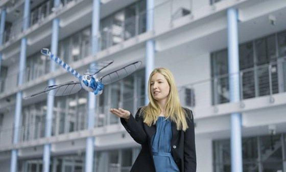 Sie kann abrupt abbremsen, in der Luft stehen und rückwärts fliegen: die künstliche Libelle von Festo.