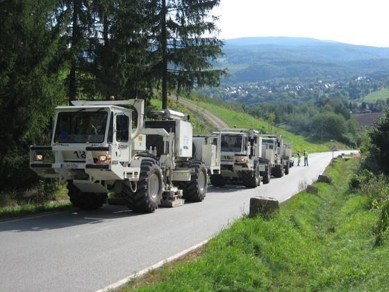 Schwere Lkw als Vibrationsfahrzeuge setzten die Forscher im Erzgebirge ein, um den komplizierten Untergrund zu untersuchen. Möglicherweise entsteht hier Deutschlands erstes Erdwärme-Kraftwerk.