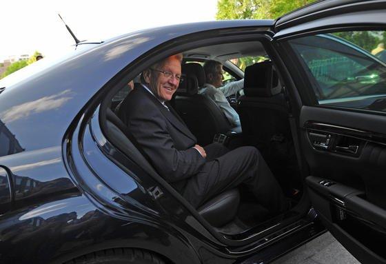 """Mit stolzen 193 Gramm Kohlendioxid pro gefahrenem Kilometer ist der grüne Ministerpräsident Winfried Kretschmann in seinem Dienstwagen unterwegs. Das sind 63 Gramm Kohlendioxid mehr, als es der Zielwert der Europäischen Union vorsieht. Dafür gibt es die """"Rote Karte"""" von der Deutschen Umwelthilfe."""