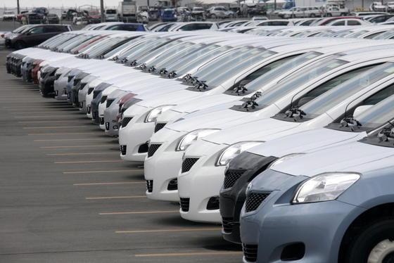 Toyota Fahrzeuge des Modells Yaris stehen im Juni 2011 im Hafen von Sendai, Japan, für den Export bereit. Weil elektrische Fensterheber defekt sein könnten, werden damals 7,43 Millionen Fahrzeuge in die Werkstatt beordert. In Deutschland müssen rund 136 000 Fahrzeuge überprüft werden.