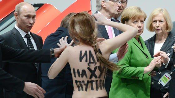 """Nicht nur von der Frauengruppe """"Femen"""" musste sich Putin auf der Hannover Messe Kritik anhören. Auch die Bundeskanzlerin äußerte sich kritisch zur Menschrechtslage in Russland."""