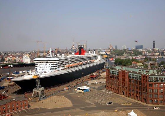 Die Queen Mary im Trockendock der Hamburger Werft Blohm + Voss. Deutsche Werften halten sich derzeit vor allem mit Spezialaufträgen über Wasser.