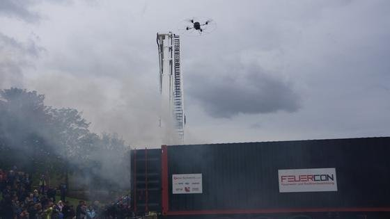 Der Quadrocopter, ein ultraleichter Minihubschrauber mit vier Rotoren, ist mit einem mobilen Gassensormodul ausgestattet.