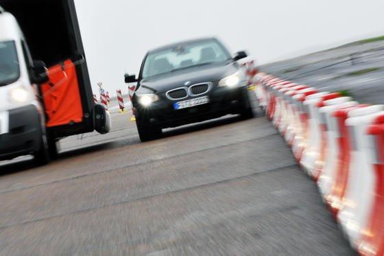 Continental rechnet damit, dass die ersten Assistenzsysteme ab 2016 ein Auto im Stau chauffieren können. Erst später werden die Systeme ein Auto auch in schwierigen Situationen wie in einer Baustelle steuern können.