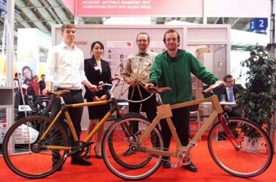 Studenten der TU Berlin haben Räder aus Holz und Bambus gebaut und auf der Hannover Messe vorgestellt.