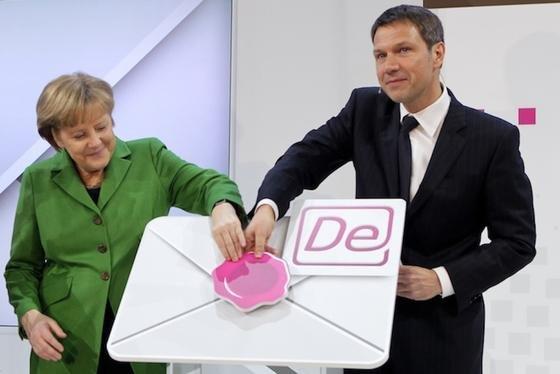 Bundeskanzlerin Angela Merkel und Telekom-Chef René Obermann gaben auf der CeBIT 2012 den Startschuss zur De-Mail. Jetzt wird sie wegen mangelnder Sicherheit kritisiert.
