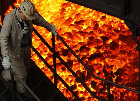 Polyzyklische aromatische Kohlenwasserstoffe entstehen bei der unvollständigen Verbrennung von Kohle, Holz, Treibstoffen und allen anderen organischen Materialien. In großen Mengen reicherten sie sich im Boden von Kokereien und Gaswerken an, in denen das einstige Stadtgas aus Steinkohle hergestellt wurde.