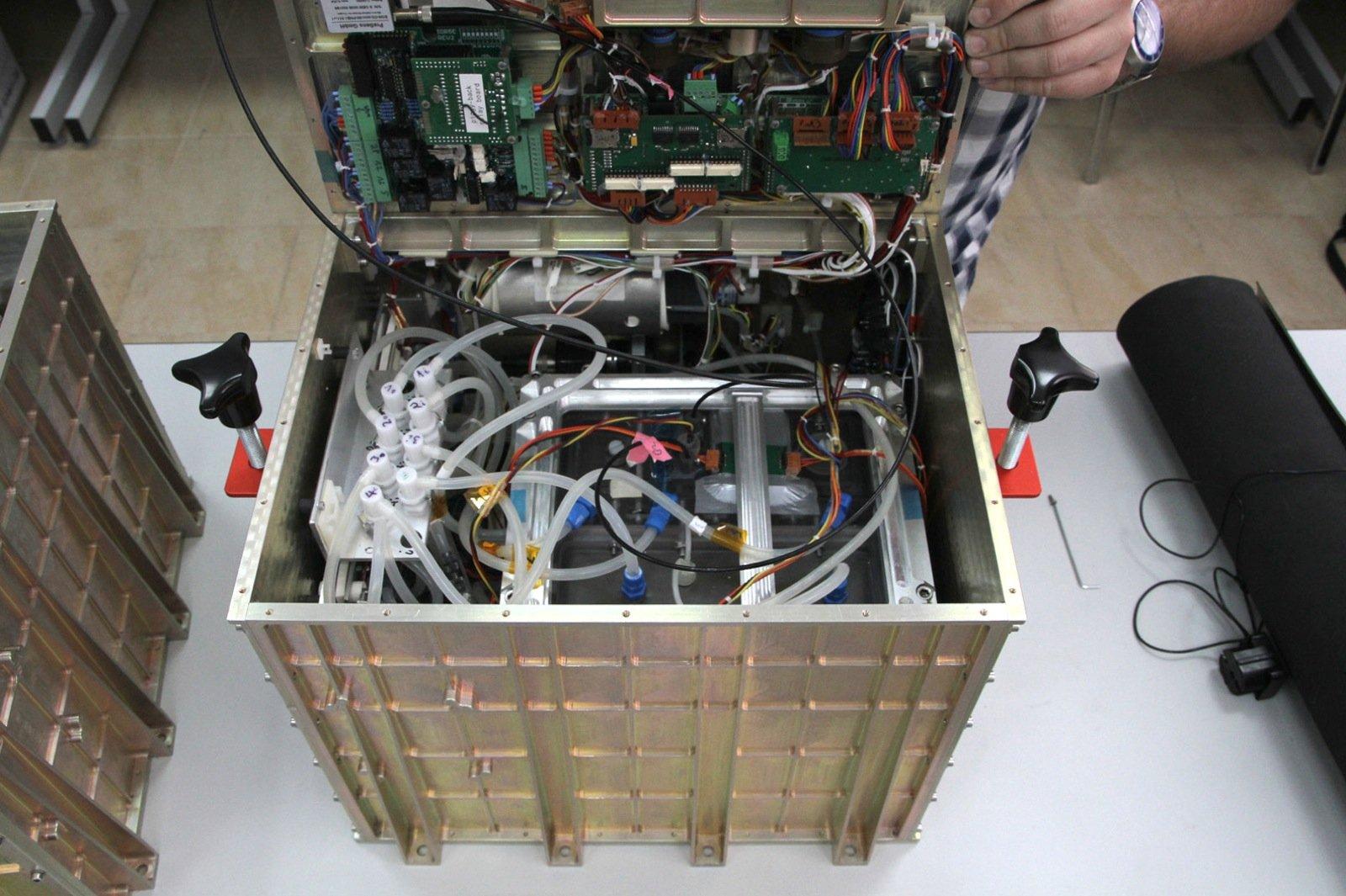 Blick in das künstliche Ökosystem, dass mit Beteiligung der FAU in den Weltraum geschickt wird.