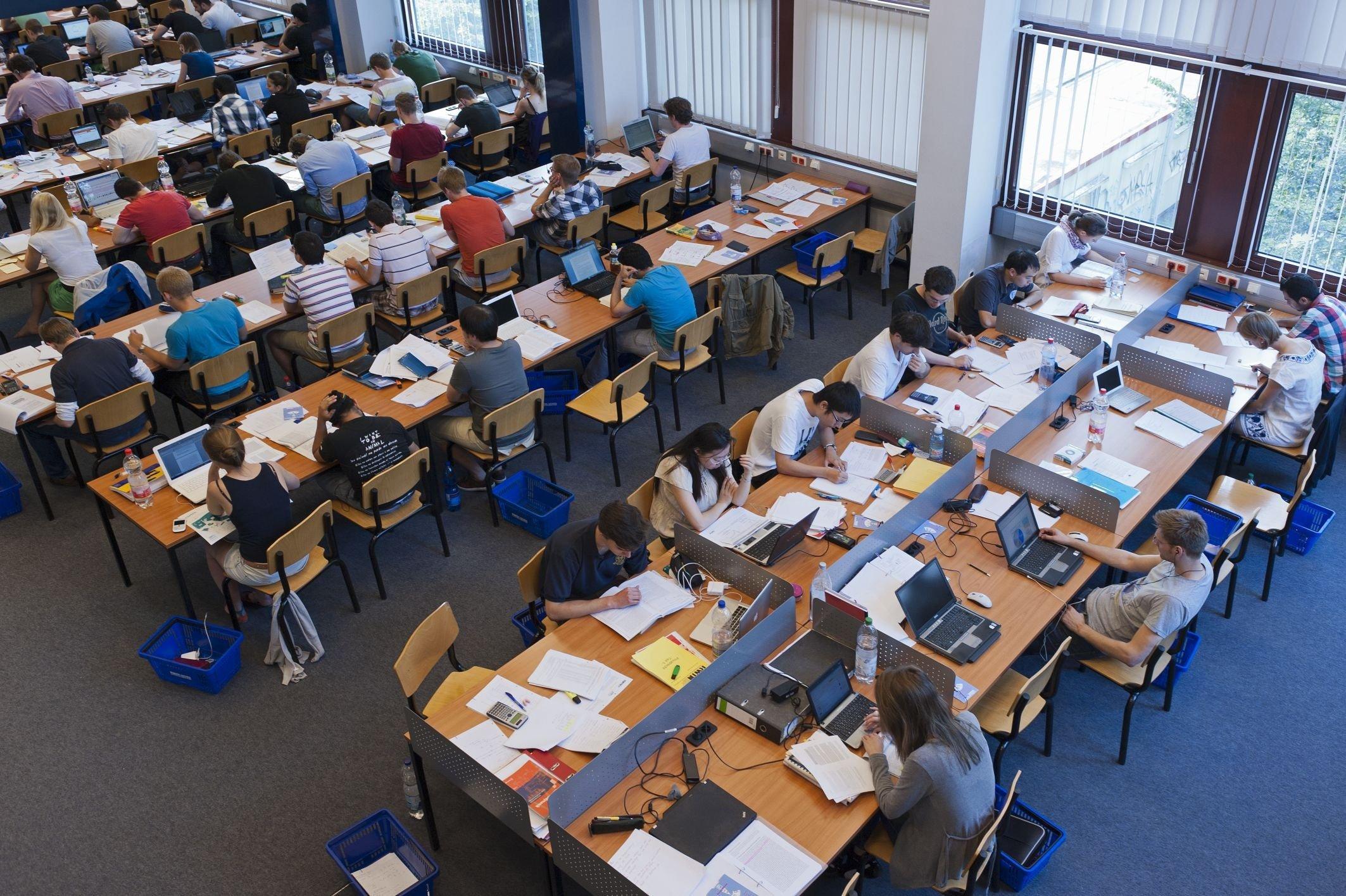 Studierende in der Hochschulbibliothek.