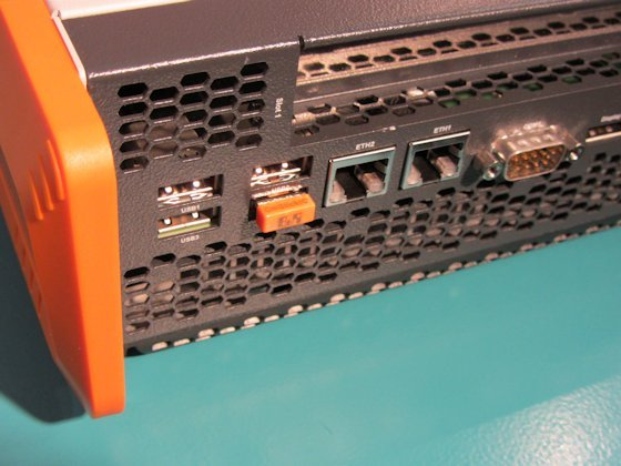 Teamwork: Kunden des Automatisierungsspezialisten B&R können mit einem CM-Stick (orange) von Wibu-Systems ihren Quellcode schützen.