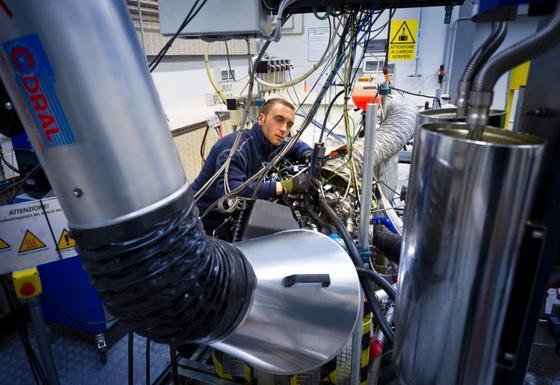 Opel will in den nächsten Jahren seine gesamte Motorenpalette überarbeiten. Hier die Motorenentwicklung in Turin.
