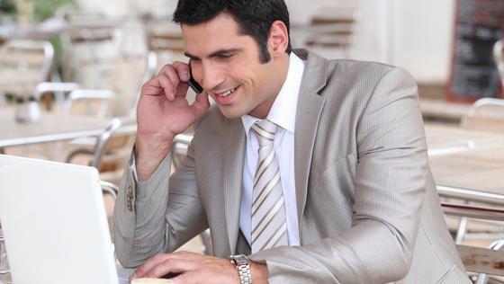 Was tun, wenn man sich im Job von den gestellten Aufgaben überfordert fühlt? Der Rat am Karrieretelefon: Ruhe bewahren und das Gespräch mit dem Vorgesetzten suchen.