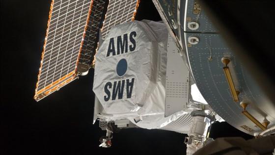 Das Messgerät AMS fängt Elementarteilchen im All.