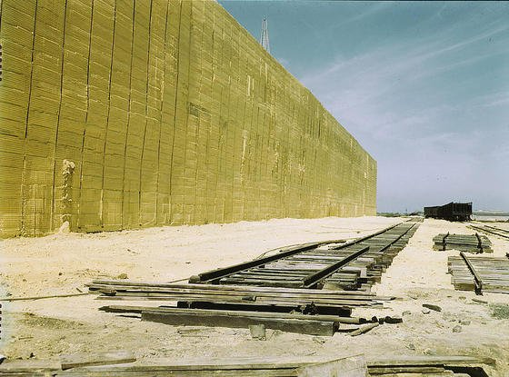 Raffinerien häufen meterhohe Mengen ungenutzten Schwefelabfalls an.