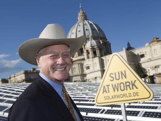 Das waren noch gute Zeiten: Solarworld-Werber Larry Hagman 2010 vor Solarmodulen für den Vatikan.