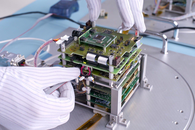An der TU Berlin werden von Studenten und Professoren Mini-Satelliten entwickelt, die auch wirklich auf eine Umlaufbahn ins All gebracht werden. Jetzt setzte eine russische Sojus zwei Satelliten aus Berlin und einen aus Dresden in einer Höhe von 575 Kilometern aus.